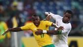 George Maluleka (trái, Nam Phi) tranh bóng với Jacques Faty (Senegal). Ảnh Getty Images.