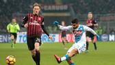 Lorenzo Insigne (phải, Napoli) ghi bàn vào lưới Milan mùa trước. Ảnh: Getty Images.