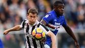 Tiền đạo Duvan Zapata  (phải, Sampdoria) bật cao hơn Stephan Lichtsteiner (Juventus), đánh đầu mở tỷ số. Ảnh: Getty Images.
