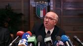 Carlo Tavecchio trả lời báo chí trước khi quyết định từ chức. Ảnh: Getty Images.