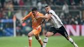 Maxi Pereira (trái, Porto) đi bóng qua Pepe (Besiktas).  Ảnh: Getty Images.