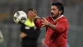 HLV đội trẻ Gennaro Gattuso được đôn lên nắm Rossoneri. Ảnh: Getty Images