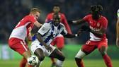 Tiền đạo Vincent Aboubakar (giữa, Porto) tung hoành giữa hàng phòng thủ Monaco. Ảnh: Getty Images.