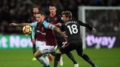 Marko Arnautovic (trái, West Ham) đi bóng quan Nacho Monreal (Arsenal). Ảnh: Getty Images.