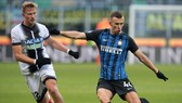 Ivan Perisic (phải, Inter) sút bóng trước Antonin Barak (Udinese). Ảnh: Getty Images.