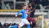 Dries Mertens (trái, Napoli) đi bóng qua hậu vệ Nicolas N'Nkoulou (Torino). Ảnh: Getty Images.