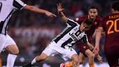 Hậu vệ Kostas Manola (phải, AS Roma) phạm lỗi với Paulo Dybala (Juventus). Ảnh: Getty Images.