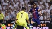 Lionel Messi  (phải, Barcelona) đối mặt với thủ thành Keylor Navas. Ảnh: Getty Images.