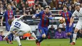 Lionel Messi (Barcelona) vượt qua Luka Modric (trái, Real Madrid). Ảnh: Getty Images