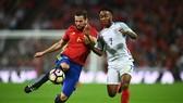 Raheem Sterling (Anh) tranh bóng với Nacho (Tây Ban Nha. Ảnh: Getty Images.
