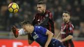 Lucas Leiva (Lazio, trái) phóng người trước mũi giày của Fabio Borini (AC Milan) trong trận lượt đi.