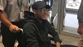 Neymar về đến Rio De Janeiro trên xe lăn.