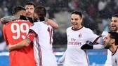 Các cầu thủ Milan mừng chiến thắng cùng thủ thành Donnarumma.