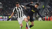 Mario Mandzukic (trái, Juventus) tranh bóng với Dele Alli (Tottenham). Ảnh: Getty Images.