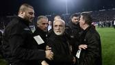 Ông bầu PAOK Salonika, Ivan Savvides cùng các nhân viên cận vệ