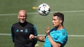 Zinedine Zidane và Ronaldo trên sân tập.