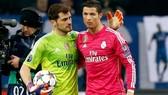 Ronaldo và thủ thành Iker Casillas (trái) trong màu áo Real Madrid)