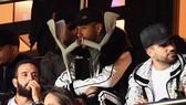 Neymar mang nạng ngồi dự khán trận đấu