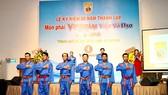 Các võ sinh đang thực hiện ghi thức tưởng nhớ đến võ sư Nguyễn Lộc người sáng lập môn phái Vovinam. Ảnh: Nhật Anh