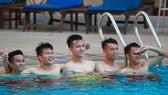 Hình ảnh U22 Việt Nam thả lỏng tại hồ bơi. Ảnh: Dũng Phương