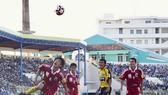 Anh Tuấn (áo vàng) khi còn thi đấu cho đội Đồng Tháp. Ảnh: QUỐC CƯỜNG