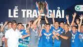 Lãnh đạo LĐBĐ TPHCM trao Cúp vô địch cho CLB Thái Sơn Nam. Ảnh: NGUYỄN NHÂN