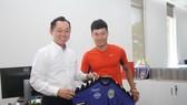 Chủ tịch Hồ Hồng Thạch trao áo thi đấu cho Đông Triều