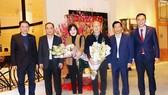 Lãnh đạo Bộ VH-TT-DL, VFF trao tặng hoa cho HLV Park Hang-seo cùng phu nhân