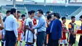 Phó chủ tịch VFF Cao Văn Chóng cùng ông Nguyễn Công Khế, trưởng BTC giải bắt tay chào mừng các đội tham dự. Ảnh: ANH TIẾN