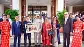Tặng Tổng thống Ấn Độ bức hình ông cùng gia đình làm từ lá bồ đề Ấn Độ