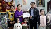 Báo SGGP trao 29.500.000 đồng hỗ trợ cho gia đình chị Út