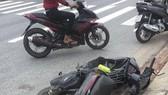 Xe máy mất lái tông vào cột báo giao thông khiến 2 mẹ con tử vong