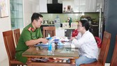 Công an phường Hòa Xuân làm việc với bà Hằng tại nhà