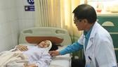 Bác sĩ chăm sóc các nạn nhân vụ tai nạn