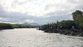 Người dân đi dọc sông tìm kiếm 3 học sinh bị mất tích
