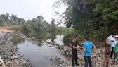 Dân tố nhà máy mì xả thải hôi thối, làm cá chết đầy sông