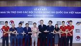 Đại diện bóng đá Việt Nam và nhà tài trợ tại buổi công bố. Ảnh: MINH HOÀNG