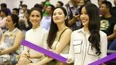 """Dàn """"hot-girl"""" Nam Em, Diệu Linh nhiệt tình cổ vũ HCMC Wings trên khán đài."""