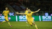 Tuyển thủ U23 Phan Văn Đức khơi màn chiến thắng cho đội khách SLNA trên sân Thống Nhất. Ảnh: DŨNG PHƯƠNG