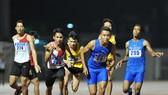Các VĐV tranh tài ở nội dung tiếp sức 4x400m nam. Ảnh: NGUYỄN NHÂN