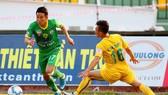 Đội khách Cần Thơ (trái) giành 1 điểm quý giá trên sân Thanh Hoá. Ảnh: THIÊN HOÀNG