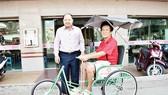 Công ty TNHH MTV Xổ số Kiến thiết Đồng Tháp trao tặng xe lắc cho người khuyết tật bán vé số dạo