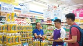 Người tiêu dùng chọn mua nước giải khát tại siêu thị Co.opmart
