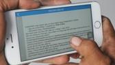 Người dân xem hóa đơn điện tử thanh toán tiền điện. Ảnh: THÀNH TRÍ