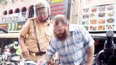 Đẩy mạnh tuyên truyền pháp luật giao thông cho người nước ngoài