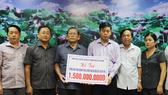 Đại diện đoàn lãnh đạo TPHCM trao số tiền hỗ trợ tỉnh Quảng Trị. Ảnh: HOÀI NAM