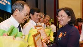 Phó Bí thư Thành uỷ TPHCM Võ Thị Dung tặng giấy khen cho các cá nhân có nhiều đóng góp tích cực cho công tác chính sách, truyền thống khối Tuyên huấn Sài Gòn - Gia Định. Ảnh: VIỆT DŨNG