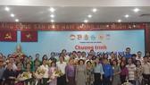 Chủ tịch Ủy ban MTTQ Việt Nam TPHCM Tô Thị Bích Châu và bà Phimpha Keomixay, Tổng Lãnh sự Lào tại TPHCM chụp hình kỷ niệm với các gia đình Việt nhận sinh viên Lào về sinh sống