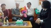 Chủ tịch UBND TPHCM Nguyễn Thành Phong thăm hỏi sức khỏe cụ Quách Văn Sinh