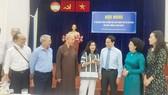 Đồng chí Trần Lưu Quang, Phó Bí thư Thường trực Thành ủy TPHCM trao đổi với đại biểu dự hội nghị
